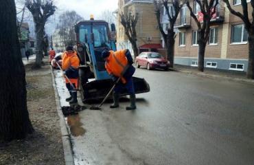 Уборка прилотковой части автомобильных дорог города