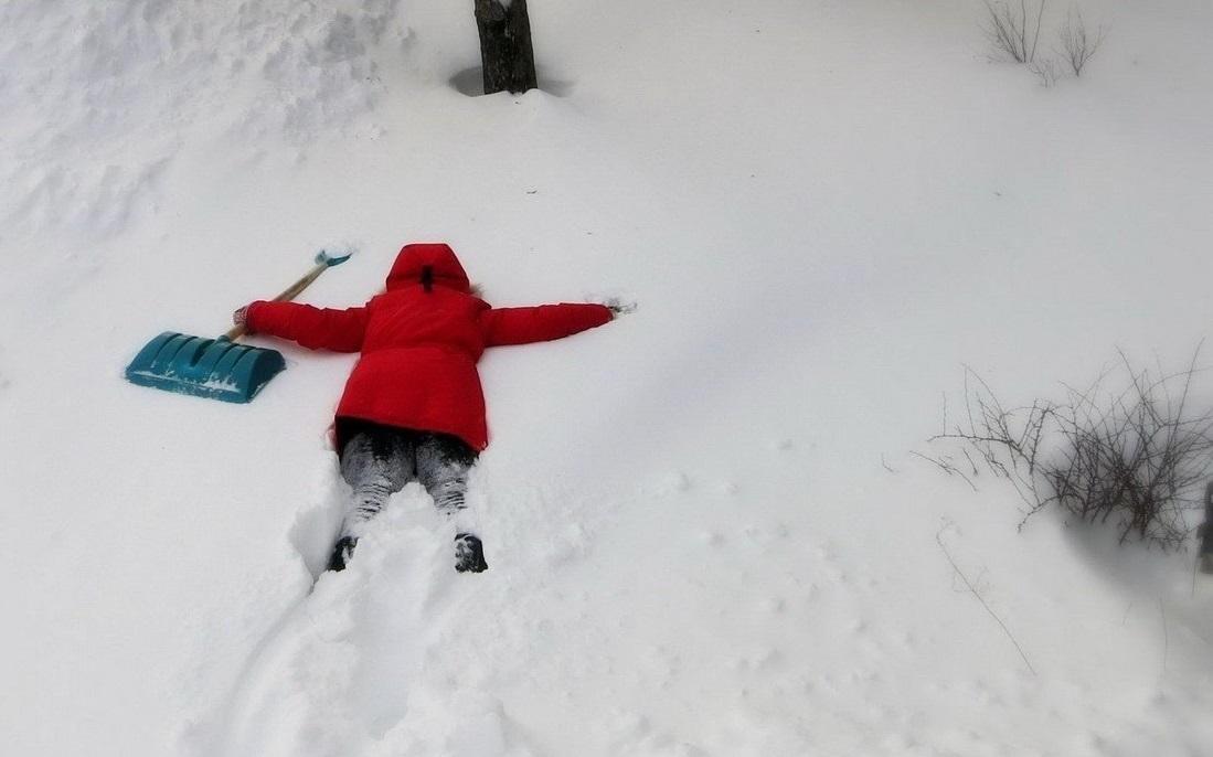 Женщинам юмором, прикольная картинка уборки снега